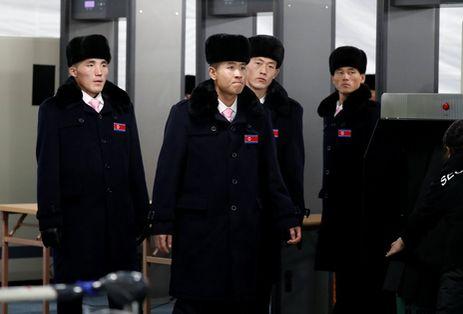 Delegación de atletas norcoreanos llega al Sur para los juegos de invierno