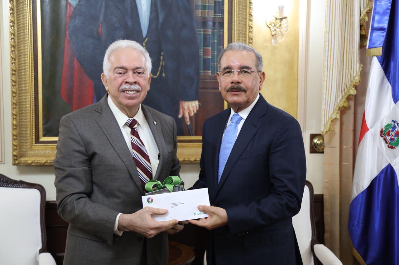 """Presidente Danilo Medina recibe del Banco BHD León el documental """"Hay un país en el mundo"""""""