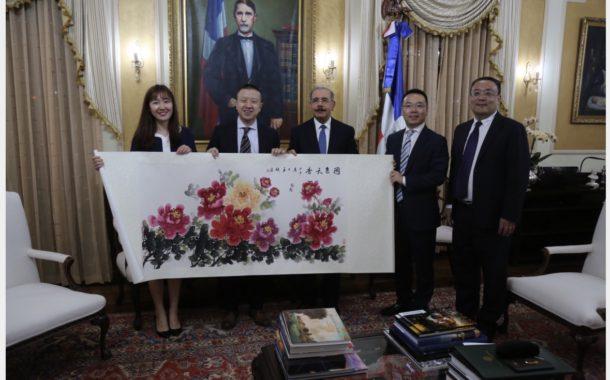Presidente Danilo Medina recibe a ejecutivos empresa Huawei