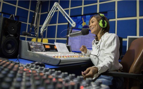 Gobierno celebra el Día Nacional del Locutor apoyando locutores y  radio digital en todo el país