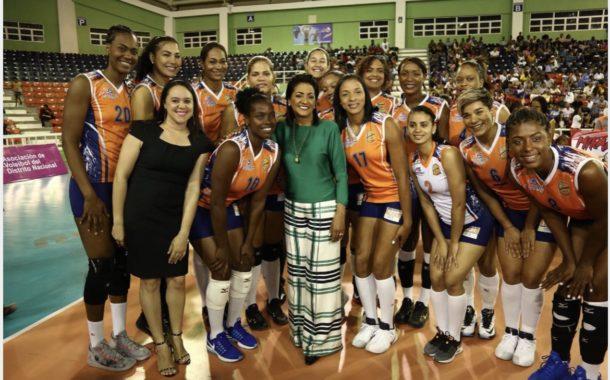 Cándida Montilla de Medina recibe distinción en Primer Torneo de Volibol Femenino