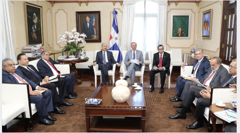 Danilo Medina da seguimiento a construcción escuelas y estancias infantiles