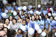 Primera Dama comparte con decenas de estudiantes en recorrido por Feria del Libro; visita stand República Digital