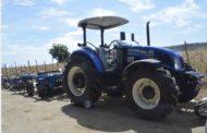 Danilo cumple compromiso asumido en Visita Sorpresa 190; productores de Luperón reciben tractor