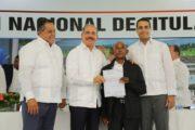 VIDEO: Danilo honra compromiso asumido con parceleros de El Seibo en Visita Sorpresa; les entrega 507 títulos definitivos
