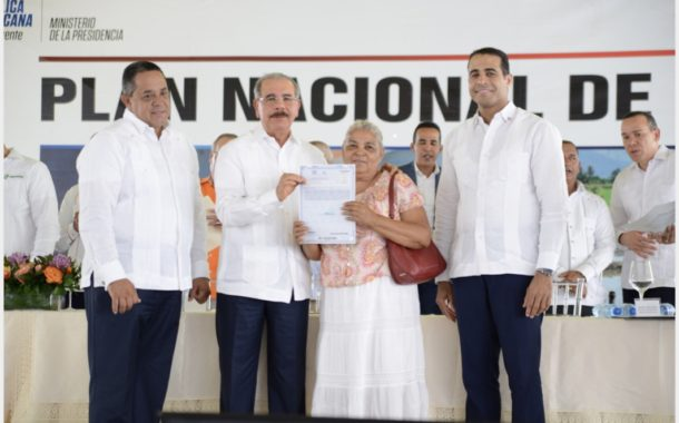 """VIDEO: Danilo Medina entrega 457 títulos definitivos en Monte Plata. """"Usted le ha puesto un rostro humano a la Presidencia"""""""