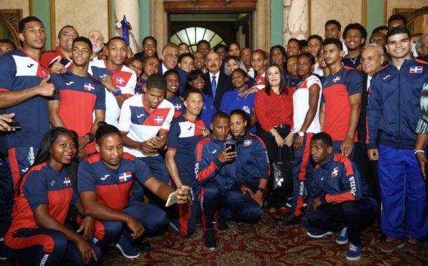 Danilo Medina entrega Bandera Nacional a atletas que participarán en Juegos Centroamericanos y del Caribe de Barranquilla, Colombia