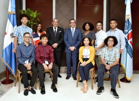 Andrés Navarro recibe estudiantes meritorios de origen dominicano residentes en Nueva York