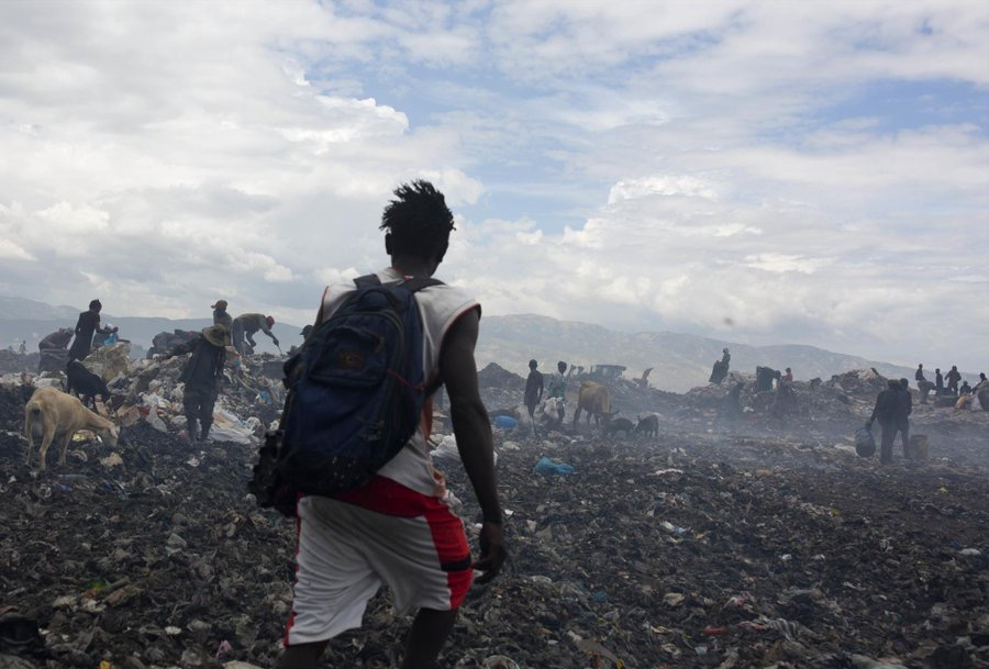 Haitianos se ganan la vida en vertedero