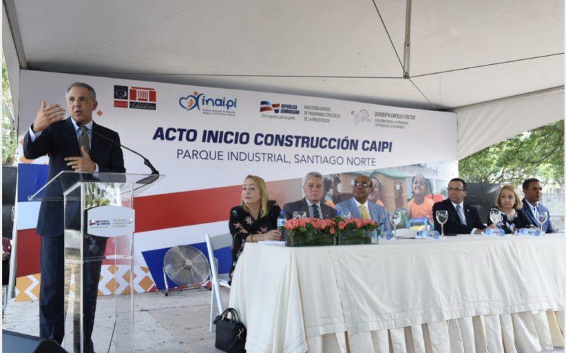 JR Peralta destaca alianza entre Gobierno y Zonas Francas; da primer palazo estancia infantil en PISANO