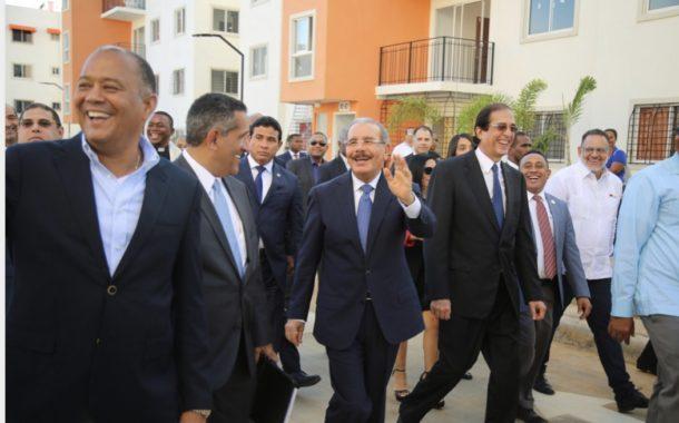 """Presidente Danilo Medina asiste a inauguración """"Residencial Florazahar"""" en Ciudad Juan Bosch"""