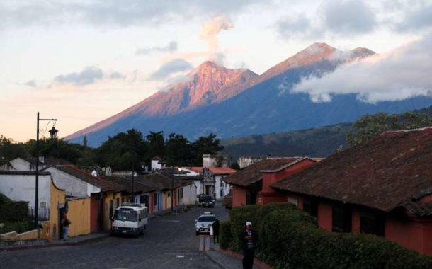 Autoridades llaman a evacuación de comunidades en Guatemala por erupción del volcán de Fuego