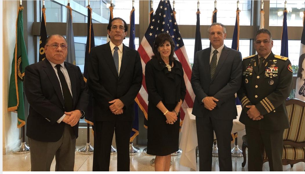 VIDEO: En nombre del gobierno dominicano, grupo de ministros firman libro condolencias por fallecimiento George H. W. Bush