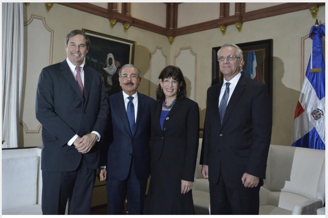 Danilo Medina sostiene reunión de trabajo con Ray W. Washburne, presidente de OPIC