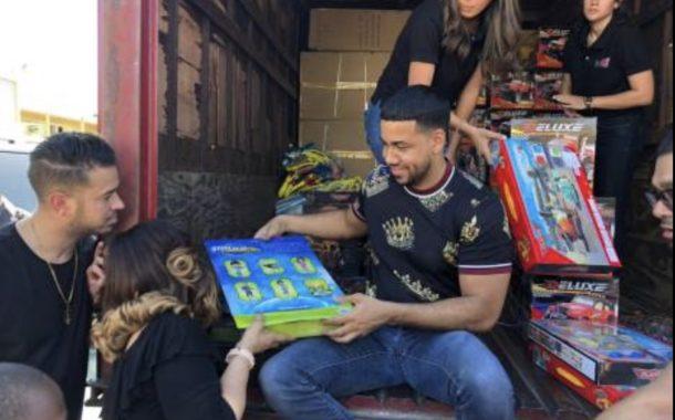 Romeo Santos entrega juguetes a niños de Cristo Rey