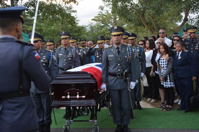 Sepultan con honores coronel asesinado en Baní