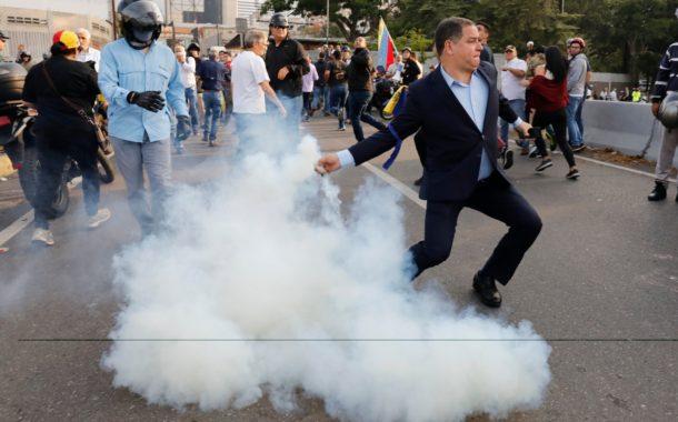Lanzan bombas lacrimógenas contra Juan Guaidó y militares que les respaldan