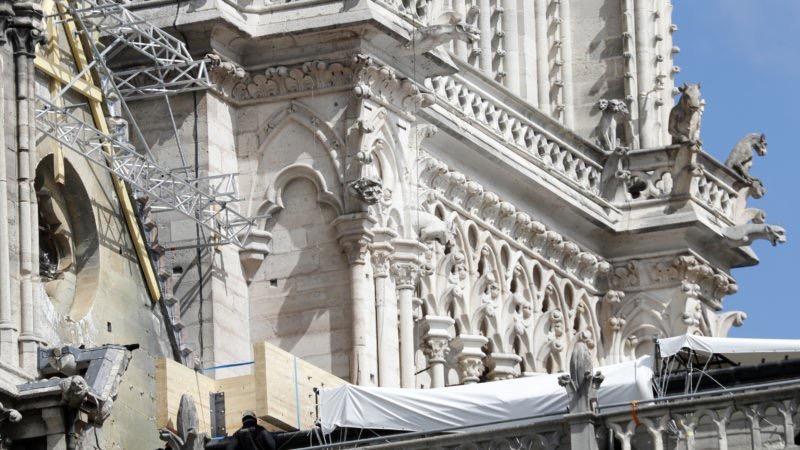 Policía francesa empieza a examinar Notre Dame tras el fuego