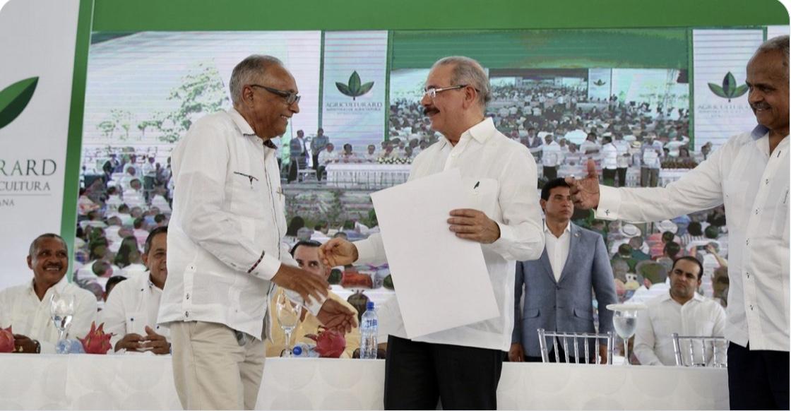 """Cerca de 15 mil productores y campesinos celebran #DíaAgricultorRD junto a @DaniloMedina, """"el presidente más buena paga""""."""