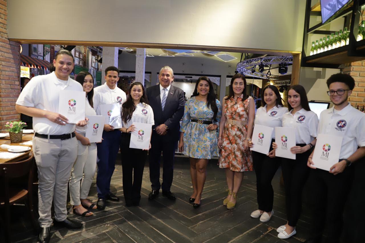 Ministerio de la Juventud entrega becas a hijos de dominicanos residentes en Estados Unidos