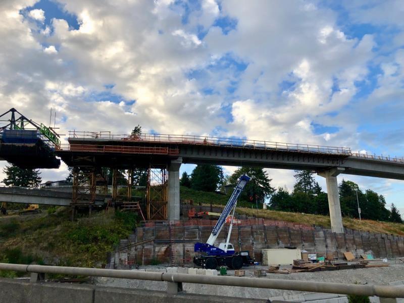 EE.UU. da un salto de ingeniería con un tren sobre un puente flotante en un lago de Seattle