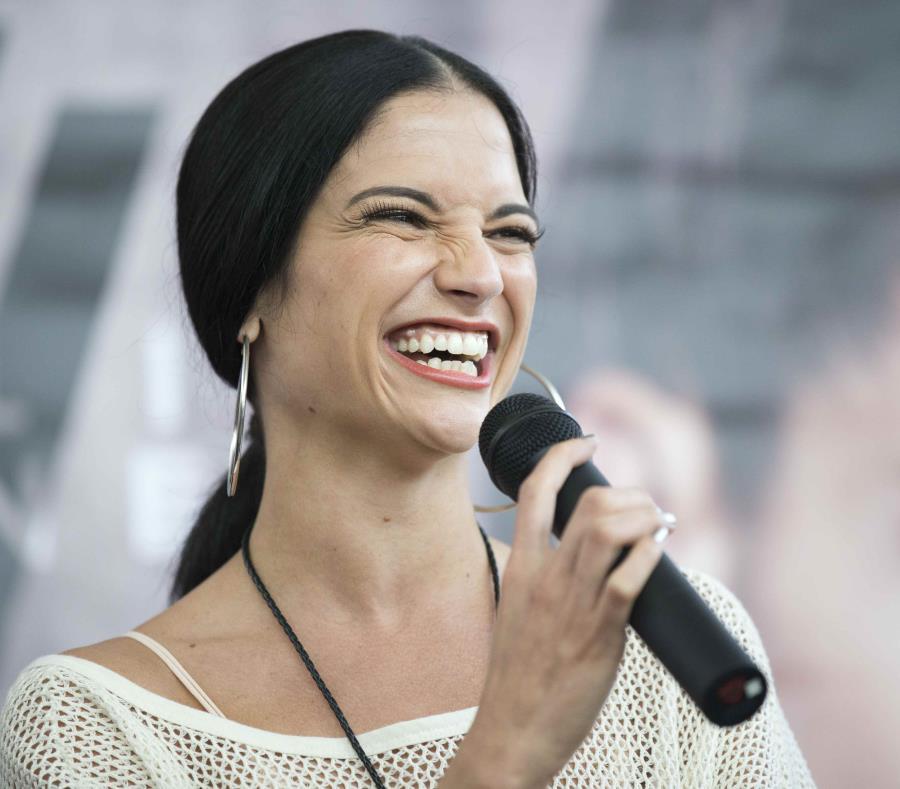 Natalia Jiménez sorprende al cantar desde la estación de un tren en España