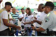 Motociclistas y repartidores a domicilio reciben orientaciones del INTRANT durante la Semana Seguridad Vial