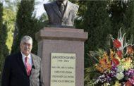 En Vietnam, Miguel Mejía deposita ofrenda floral en Monumento Profesor Juan Bosch y ofrece conferencia sobre política en América Latina