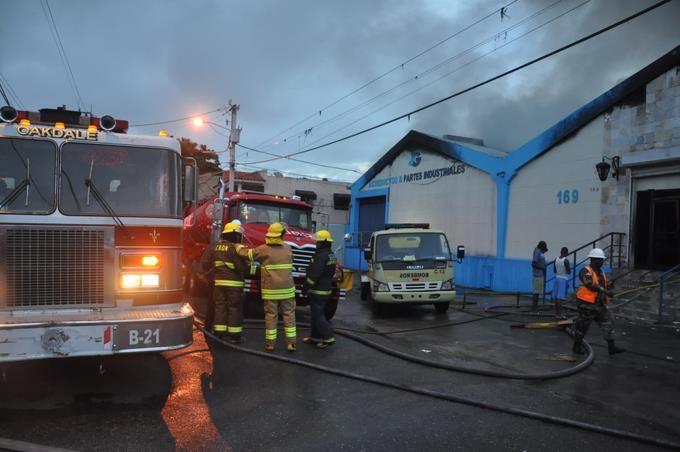 Fuego afecta empresa en Cristo Rey; bomberos tratan de sofocar incendio