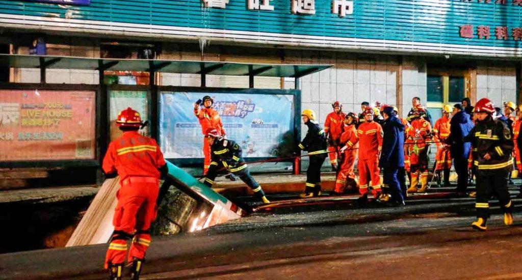 6 muertos y 16 heridos al hundirse autobús en China