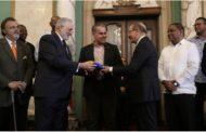 """A partir de hoy, todos somos Toros"": Danilo Medina entrega Bandera Nacional a campeones torneo de béisbol otoño-invernal 2019-2020"
