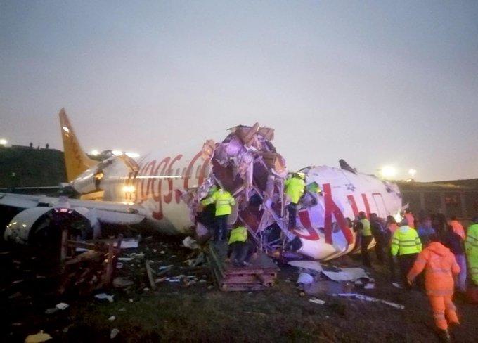 Un avión de pasajeros se sale de pista y se parte en dos en Estambul, Turquía