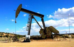 Petróleo de Texas sube un 4,45% por recortes adicionales y repunte de la demanda